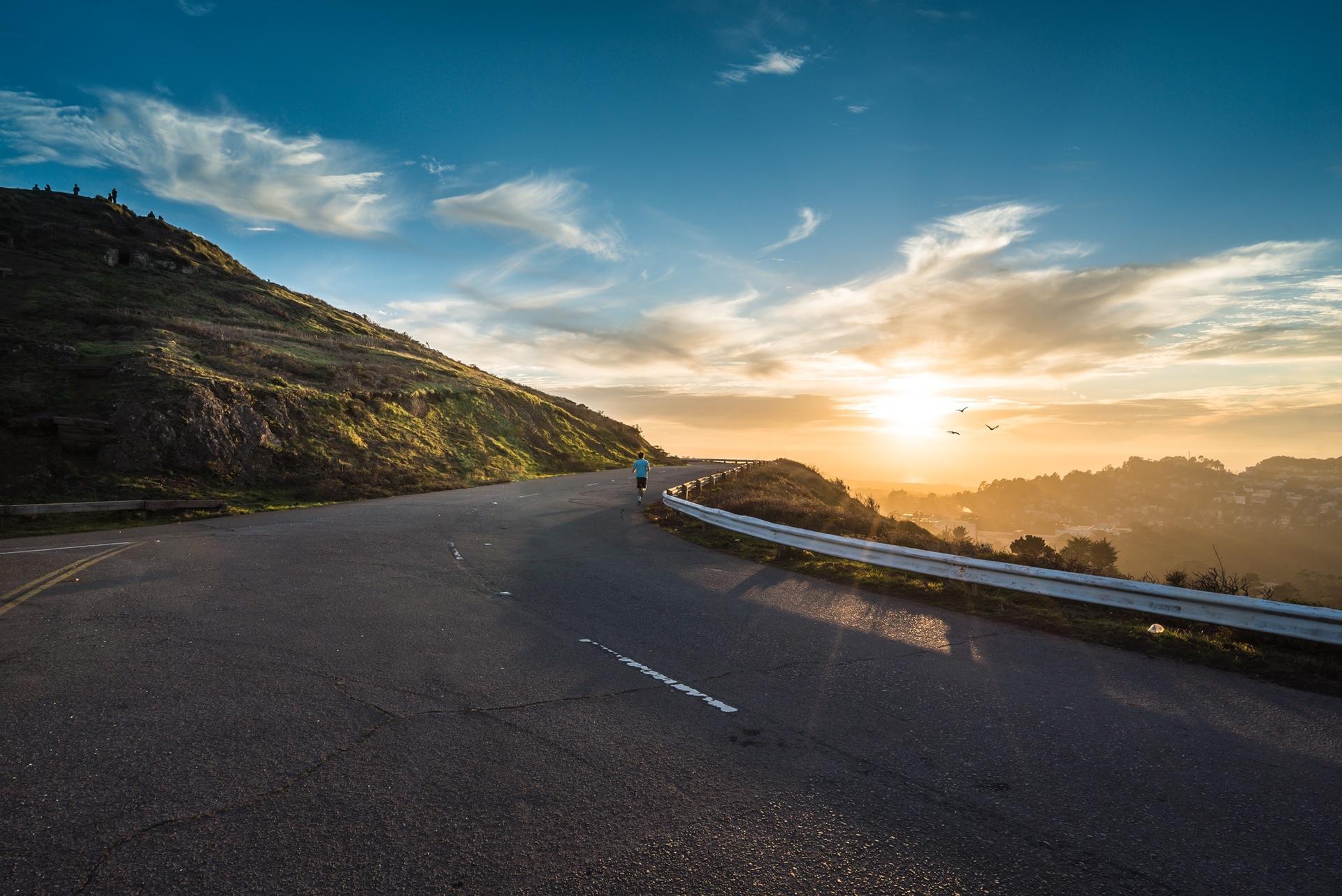 Дорога, Рассвет, Холл, горы, Небо, облака, кривые, Запуск, Бегун - Обои HD - Профессор falken.com