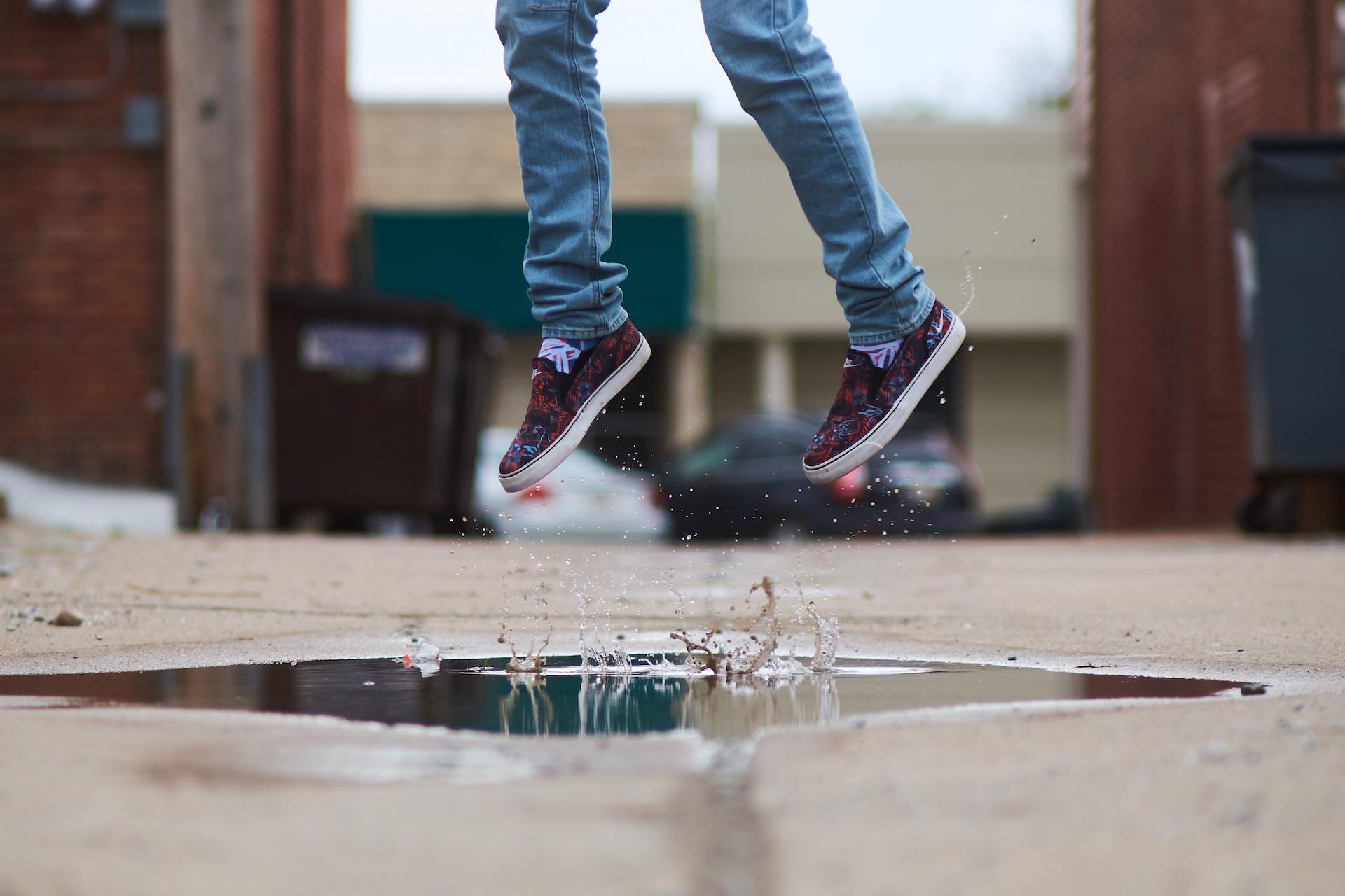 ジャンプ, 水たまり, 靴, 足, 泥, パンツ - HD の壁紙 - 教授-falken.com