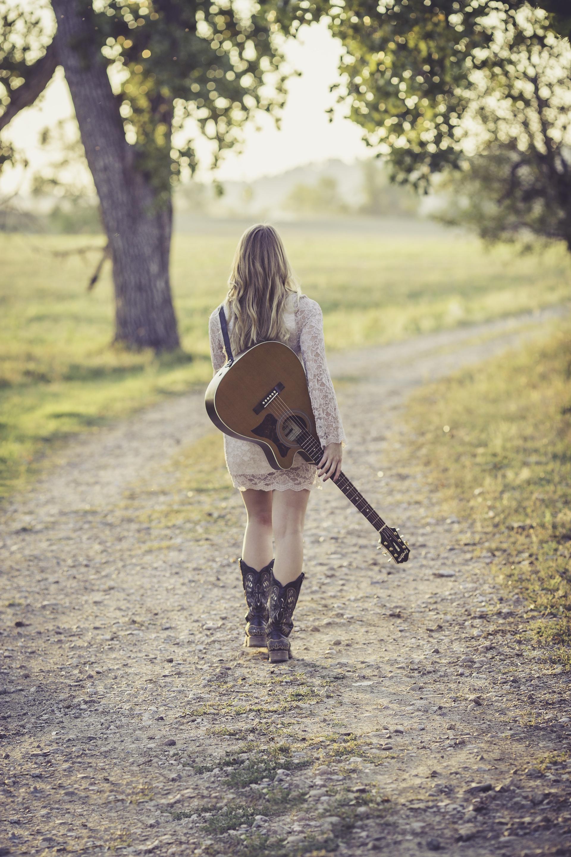 женщина, Гитара, поле, Дорога, Тропа, Сапоги, платье - Обои HD - Профессор falken.com
