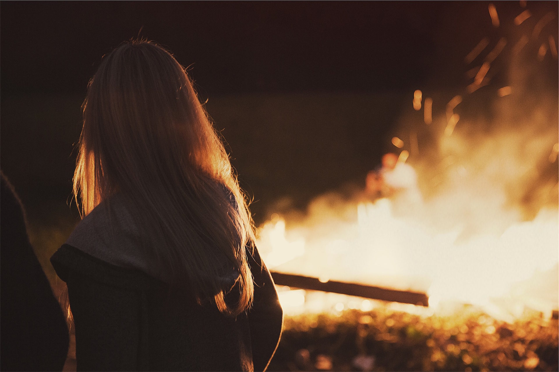 fogueira, fogo, mulher, Camisola, à noite - Papéis de parede HD - Professor-falken.com