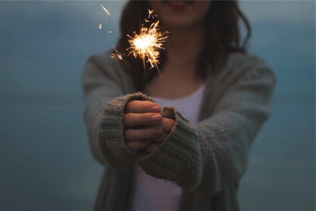mujer, manos, bengala, fuego, chispas, 1609241228