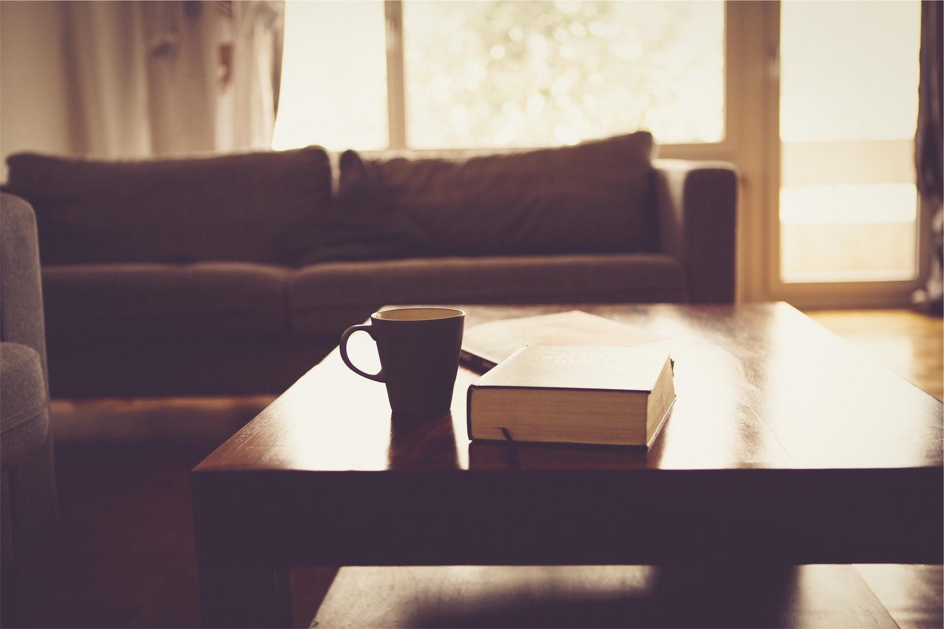 taza, libro, sofá, mesa, habitación - Fondos de Pantalla HD - professor-falken.com
