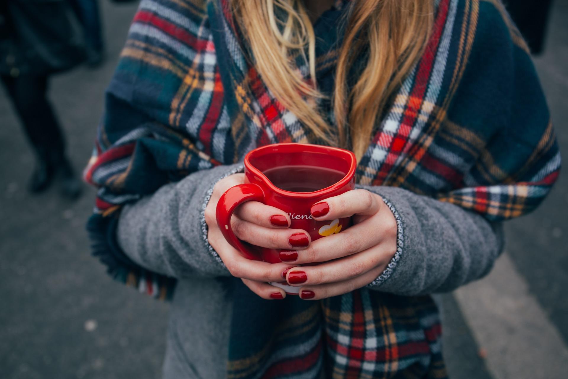 Κύπελλο, καφέ, γυναίκα, κασκόλ, τα χέρια, καρφιά, ποτά, Κόκκινο - Wallpapers HD - Professor-falken.com