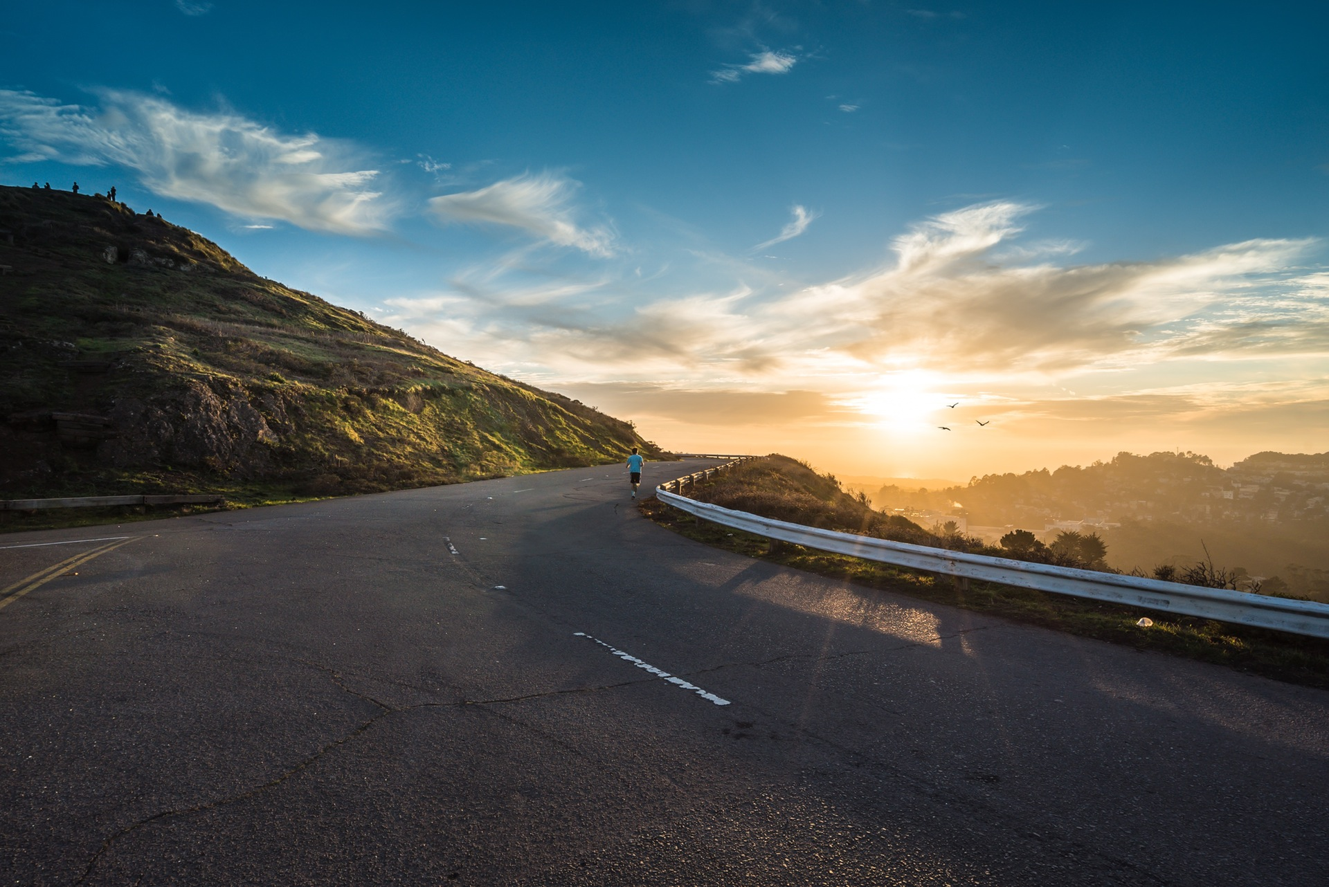 carretera, amanecer, corredor, montañas, cielo, nubes, curvas, running, runner - Fondos de Pantalla HD - professor-falken.com