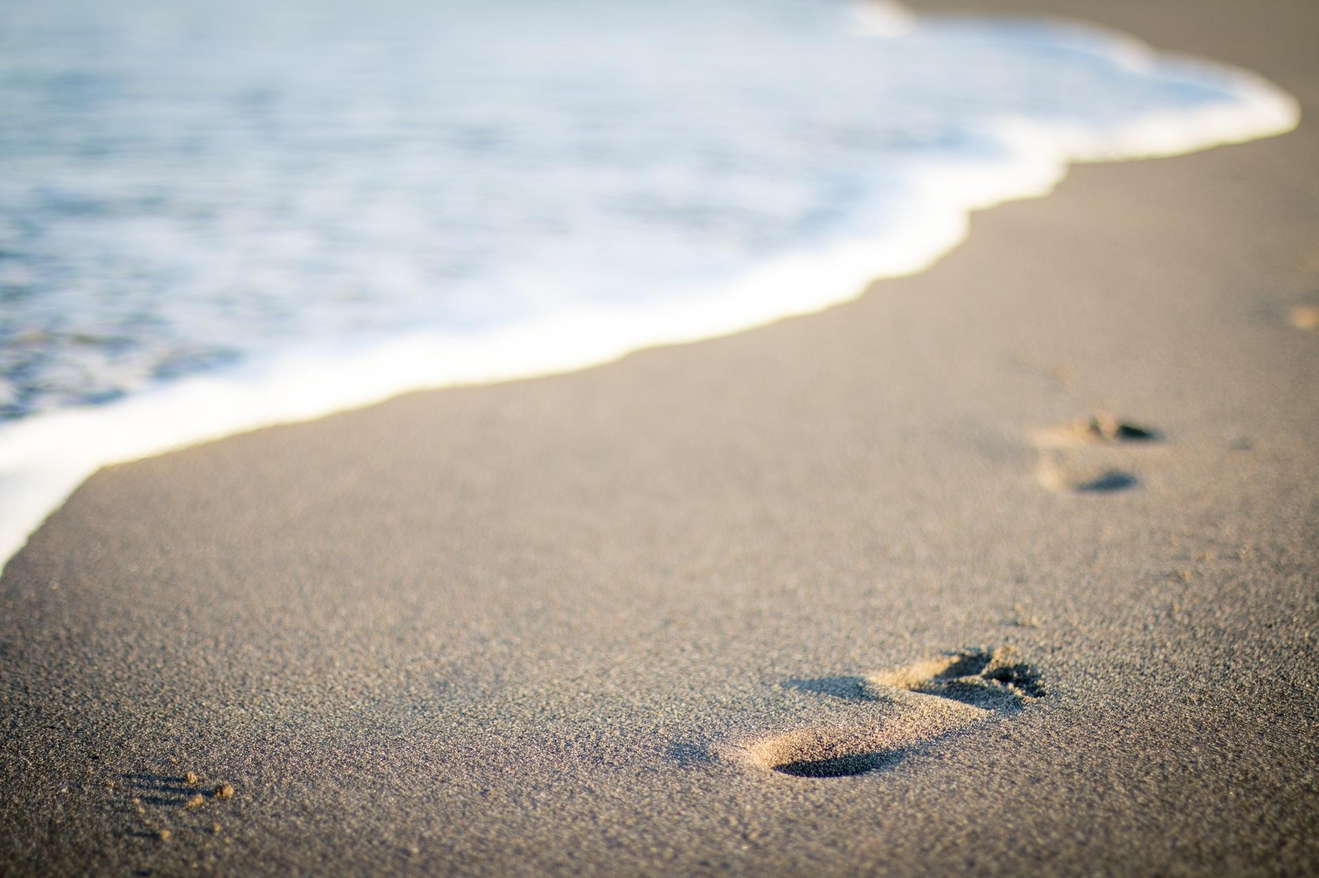 playa, arena, huellas, verano, vacaciones, mar, olas - Fondos de Pantalla HD - professor-falken.com