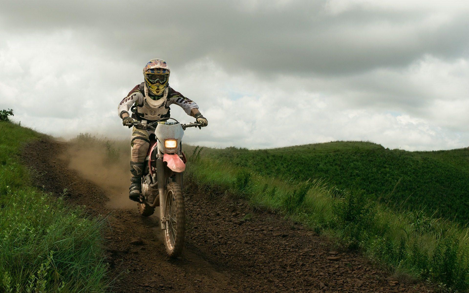 motocicleta, motocross, campo, camino, nubes - Fondos de Pantalla HD - professor-falken.com