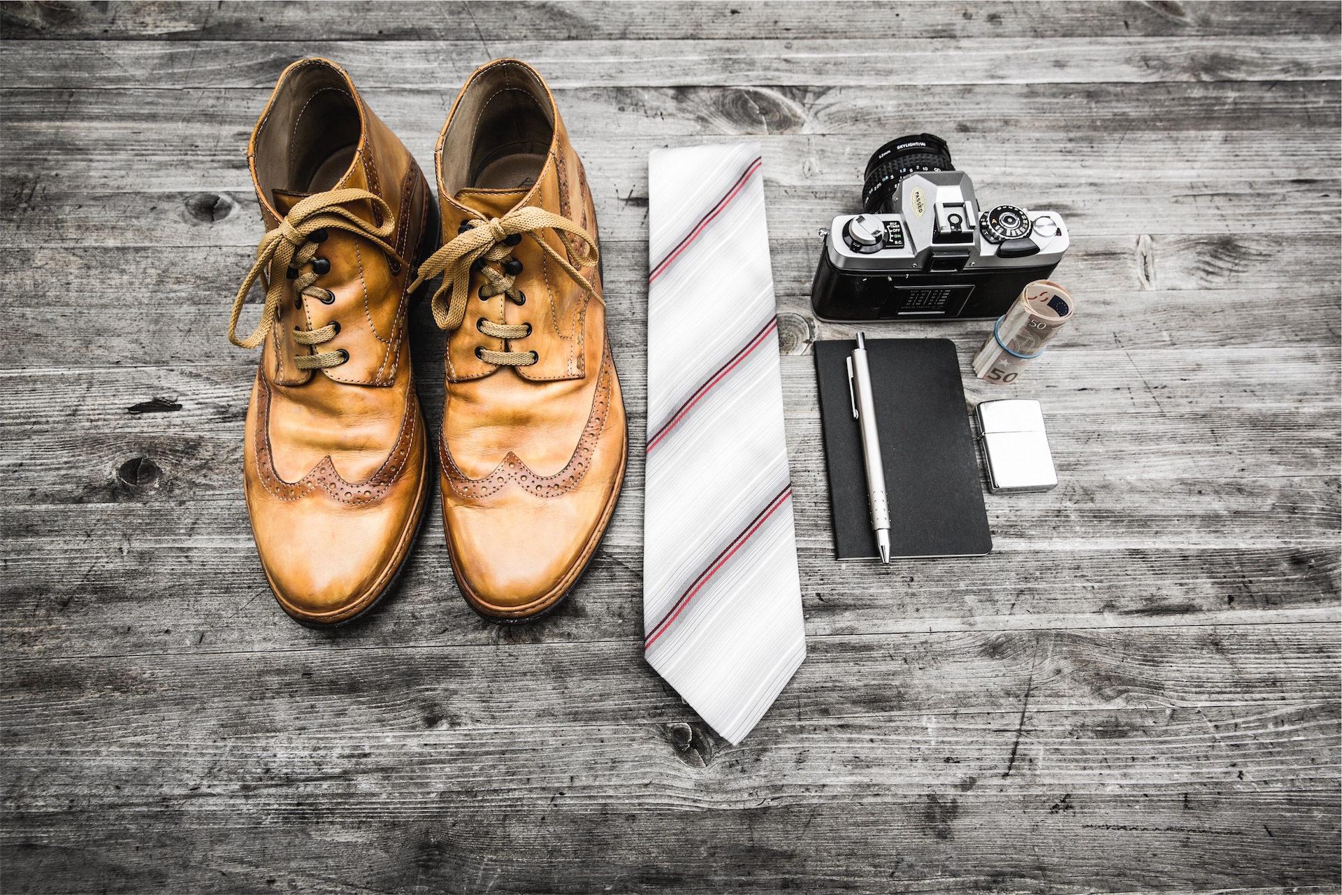 μπότες, Ημερήσια διάταξη, γραβάτα, φωτογραφική μηχανή, ξύλο - Wallpapers HD - Professor-falken.com