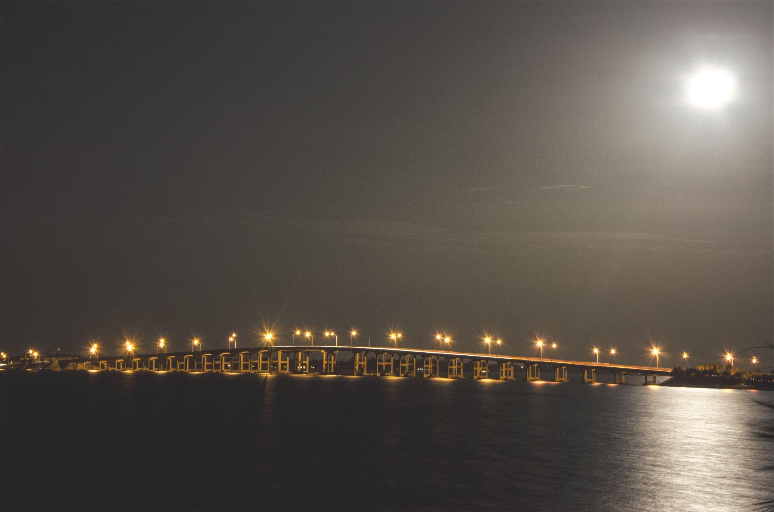 Φεγγάρι, γέφυρα, νύχτα, Θάλασσα, φώτα - Wallpapers HD - Professor-falken.com
