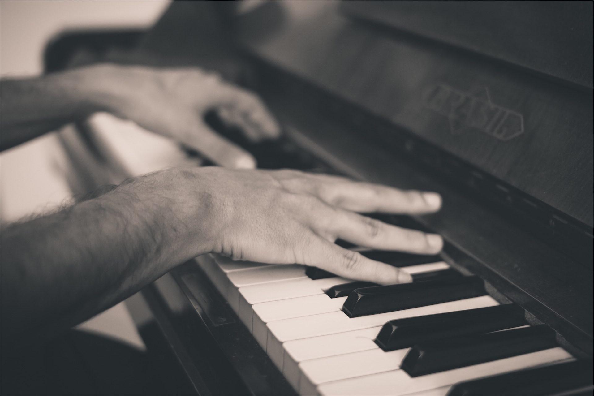 Klavier, Hände, Mann, Schlüssel, in schwarz und weiß - Wallpaper HD - Prof.-falken.com
