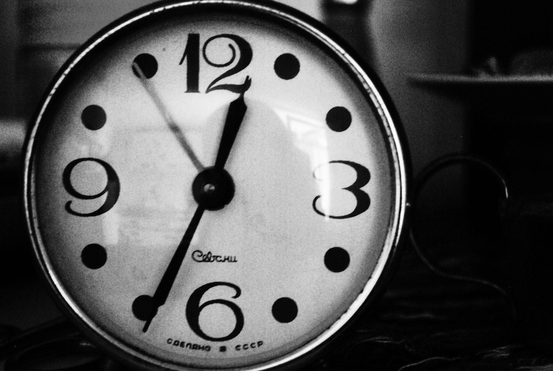 reloj, agujas, tiempo, reflejo, en blanco y negro - Fondos de Pantalla HD - professor-falken.com