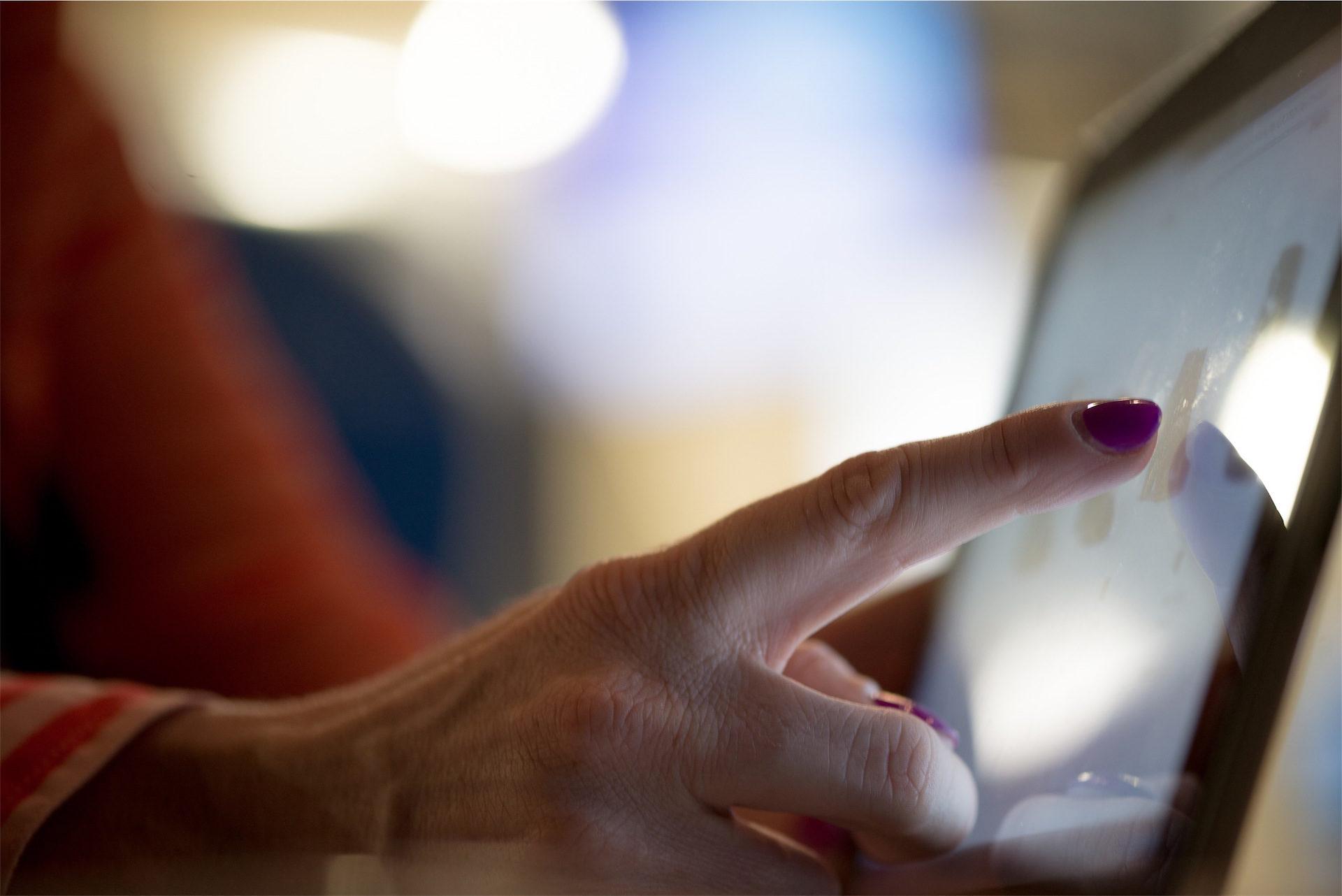 الكمبيوتر اللوحي, اليد, امرأة, أصابع, الأظافر - خلفيات عالية الدقة - أستاذ falken.com