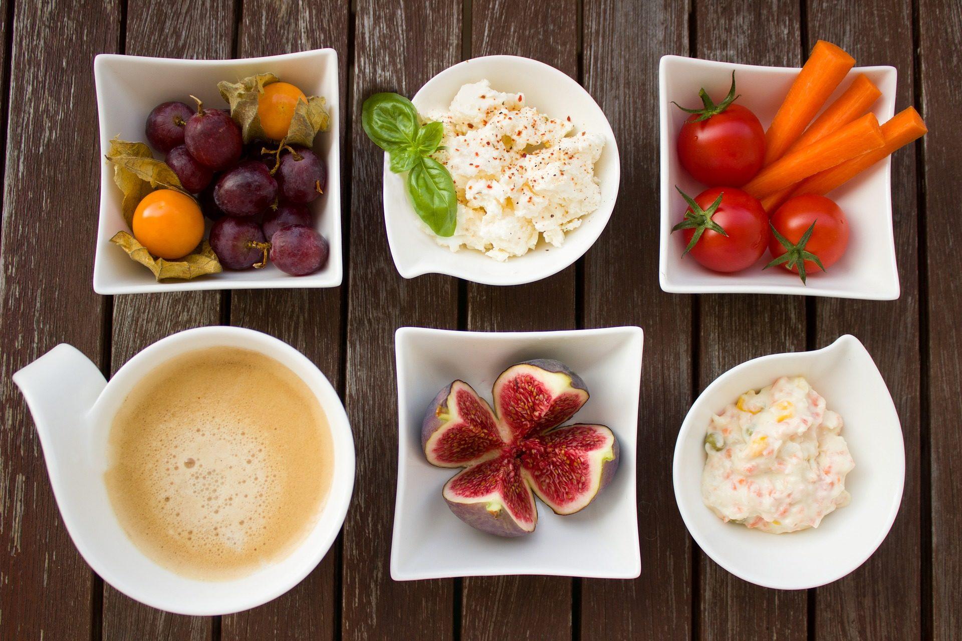 le petit déjeuner, fruits, café, légumes, carottes, tomates, figues sèches - Fonds d'écran HD - Professor-falken.com