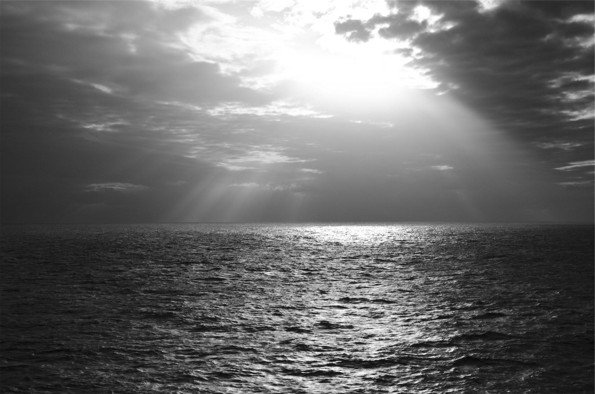mar, océano, cielo, sol, luz, nubes, en blanco y negro - Fondos de Pantalla HD - professor-falken.com