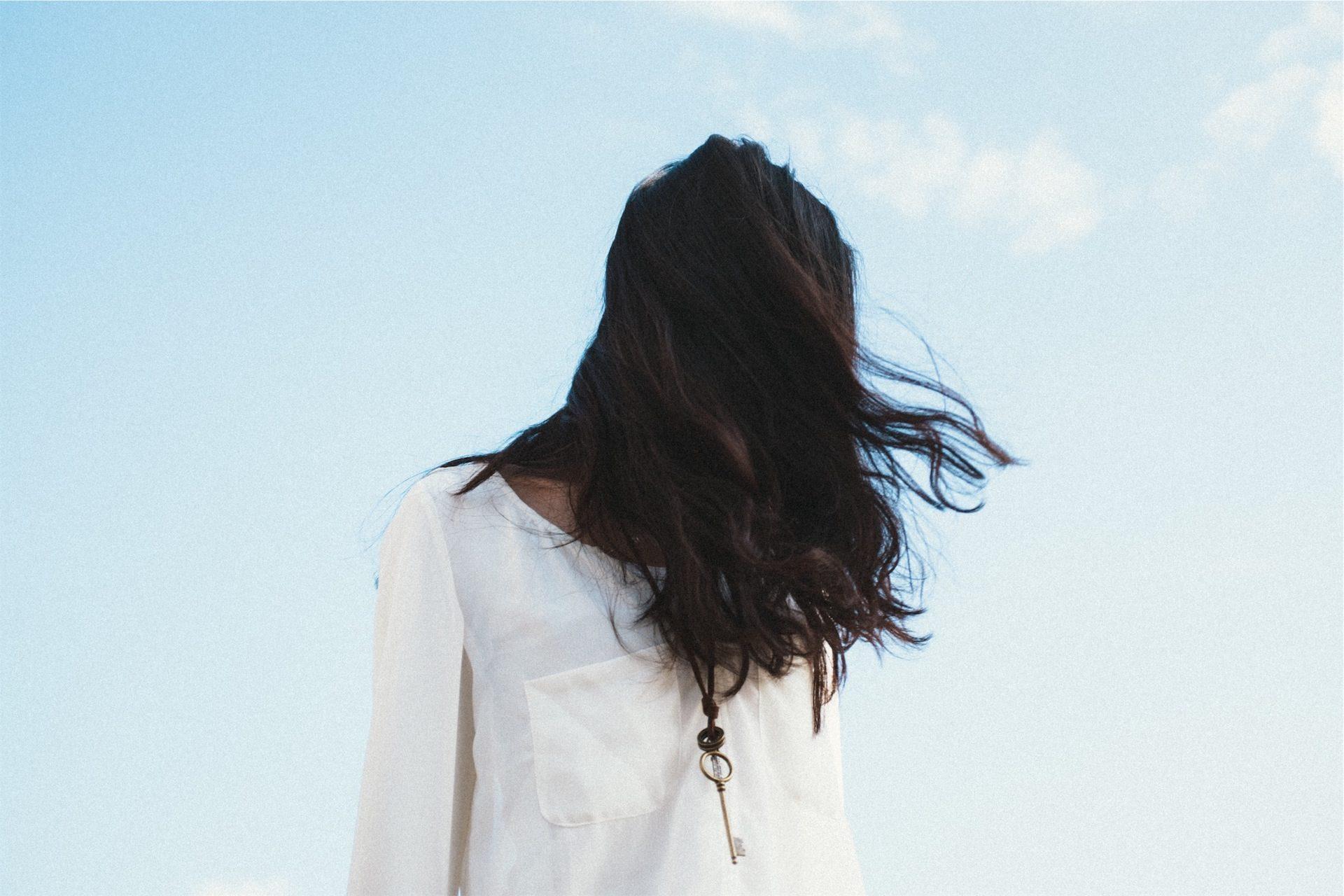 mujer, pelo, largo, viento, llave, cielo - Fondos de Pantalla HD - professor-falken.com