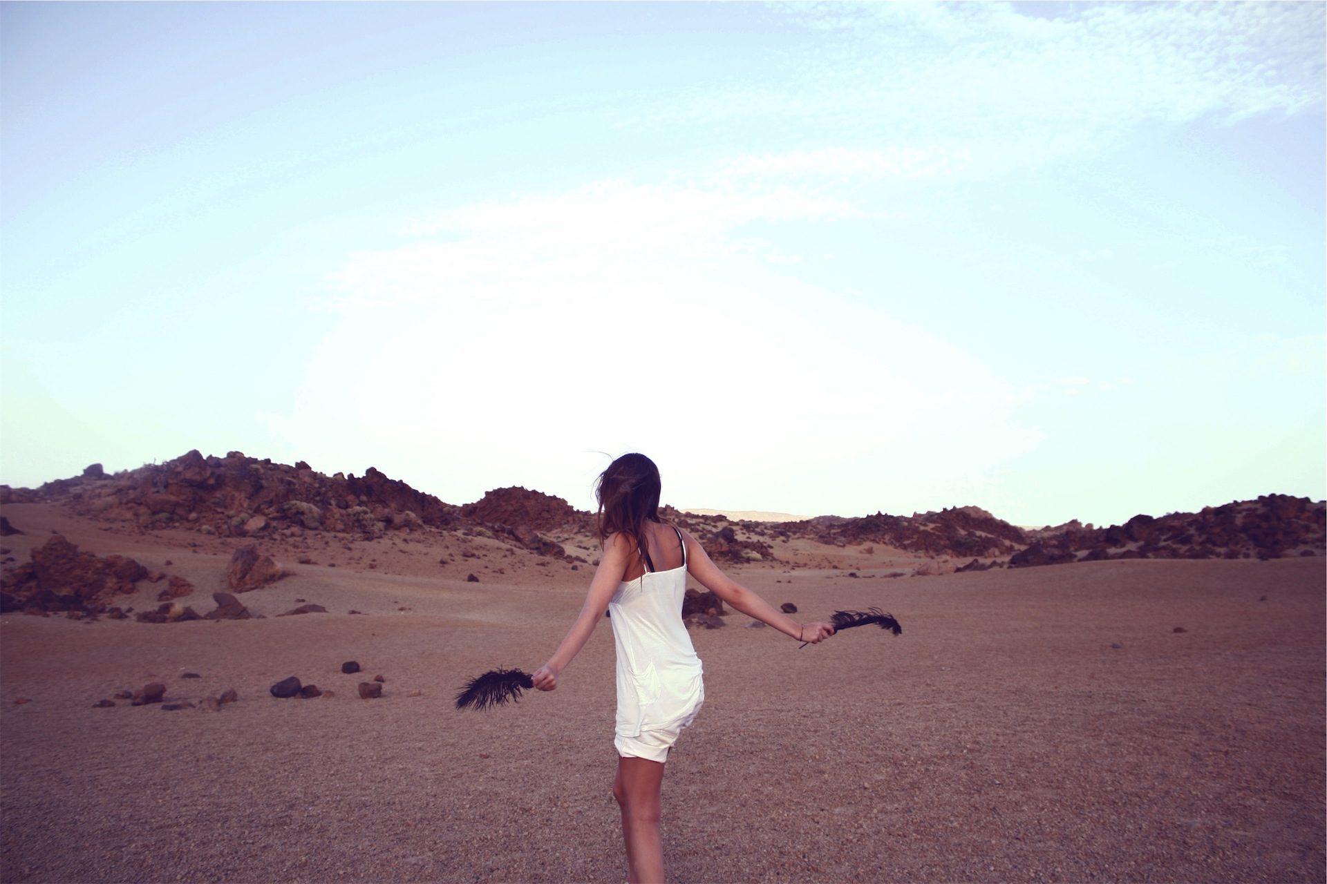 महिला, पोशाक, पंख, रेगिस्तान, आकाश, रेत - HD वॉलपेपर - प्रोफेसर-falken.com