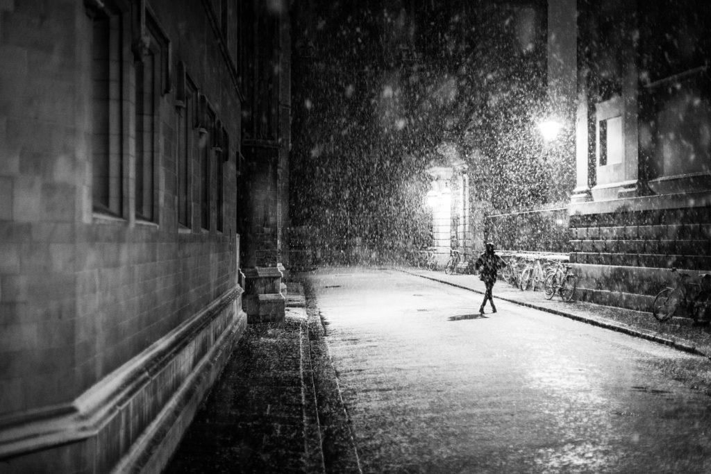 mujer, noche, ciudad, luces, nieve, en blanco y negro, 1701192221