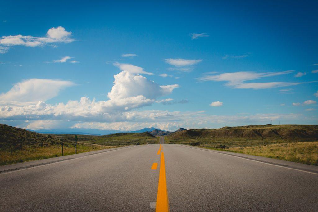 carretera, recta, asfalto, valle, montañas, pintadas, nubes, 1702241432