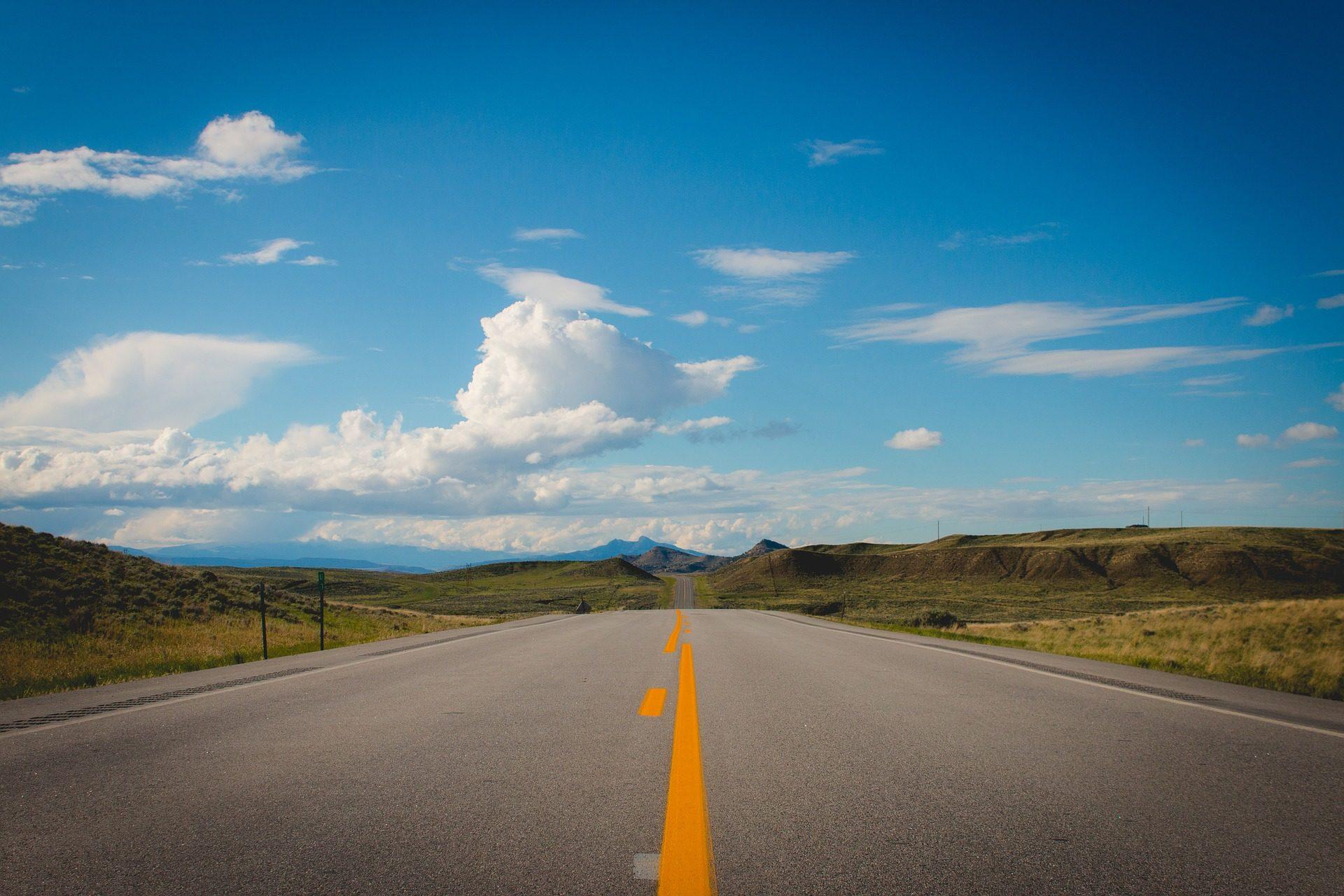 Estrada, em linha reta, asfalto, Vale, montañas, pintado, nuvens - Papéis de parede HD - Professor-falken.com