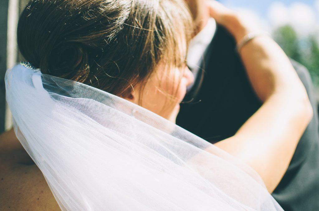 pareja, novios, casados, matrimonio, boda, velo, peinado, 1702241657