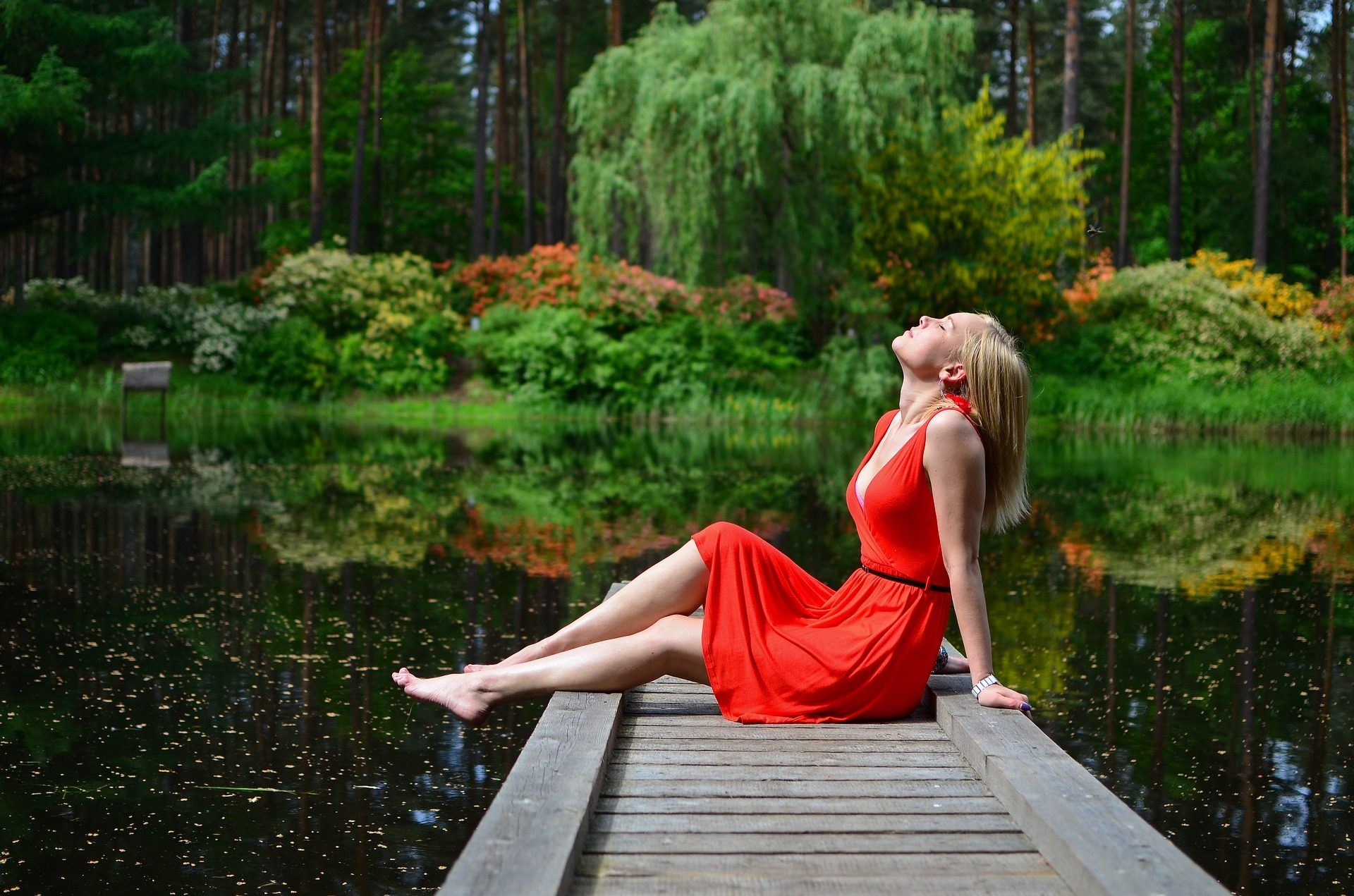 امرأة, فستان, الأحمر, رصيف, بحيرة, الاسترخاء, الغابات - خلفيات عالية الدقة - أستاذ falken.com