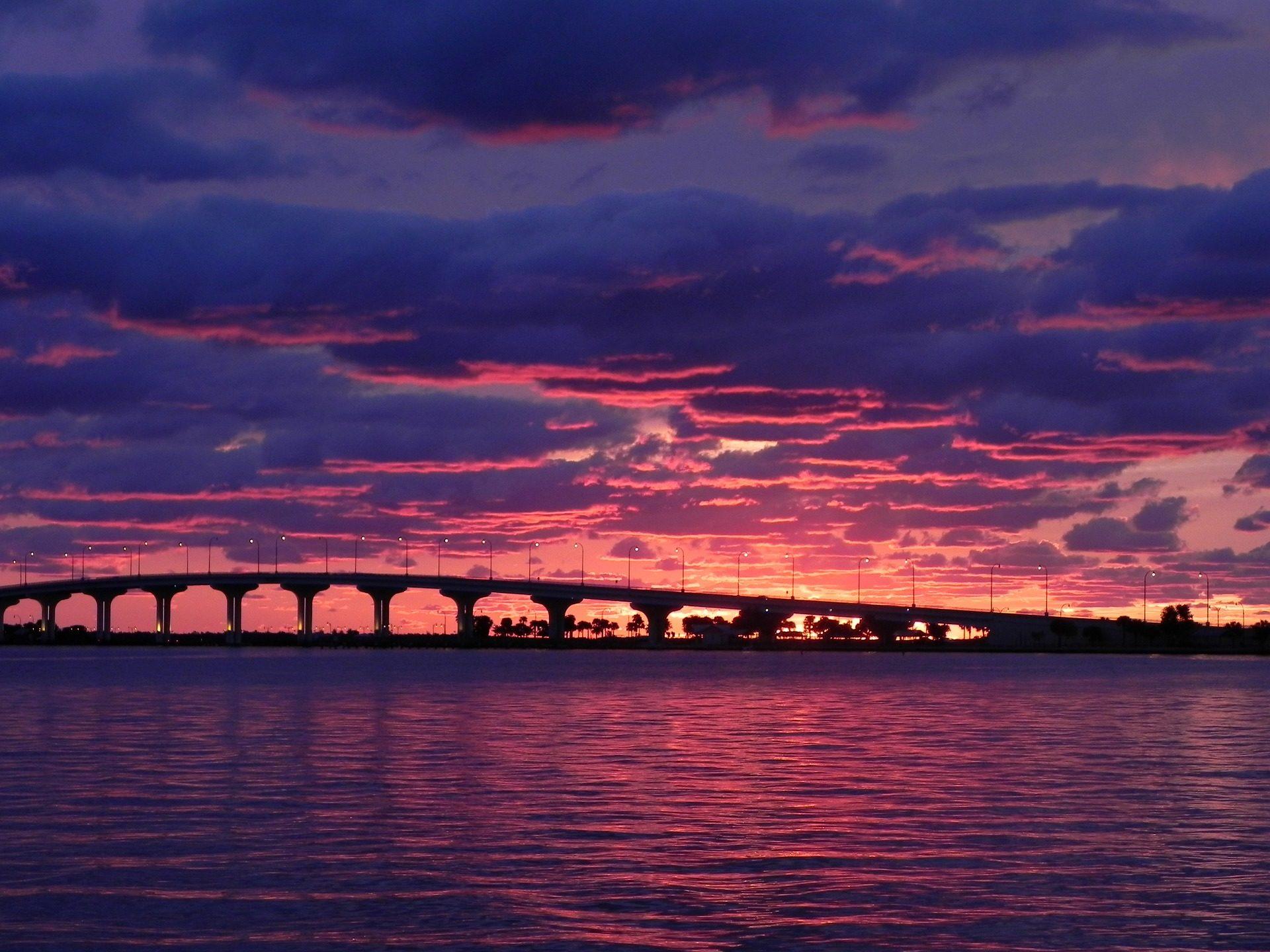 fondo de pantalla de puente playa atardecer cielo rosa