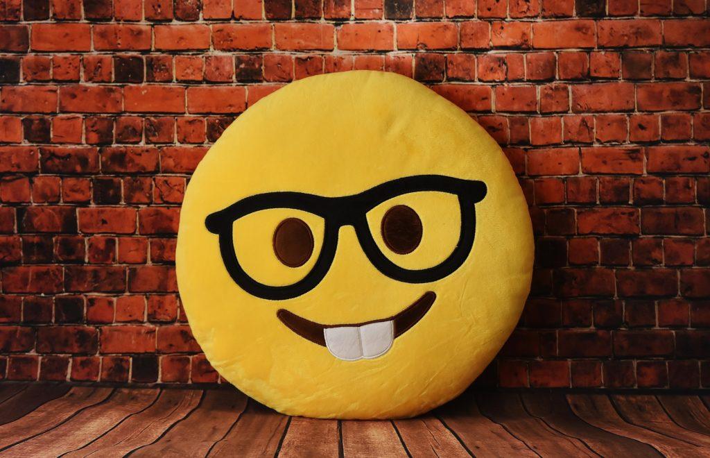 笑脸, 图释, 垫, 脸上, 太阳镜, 牙齿, 砖, 木材, 1703311139