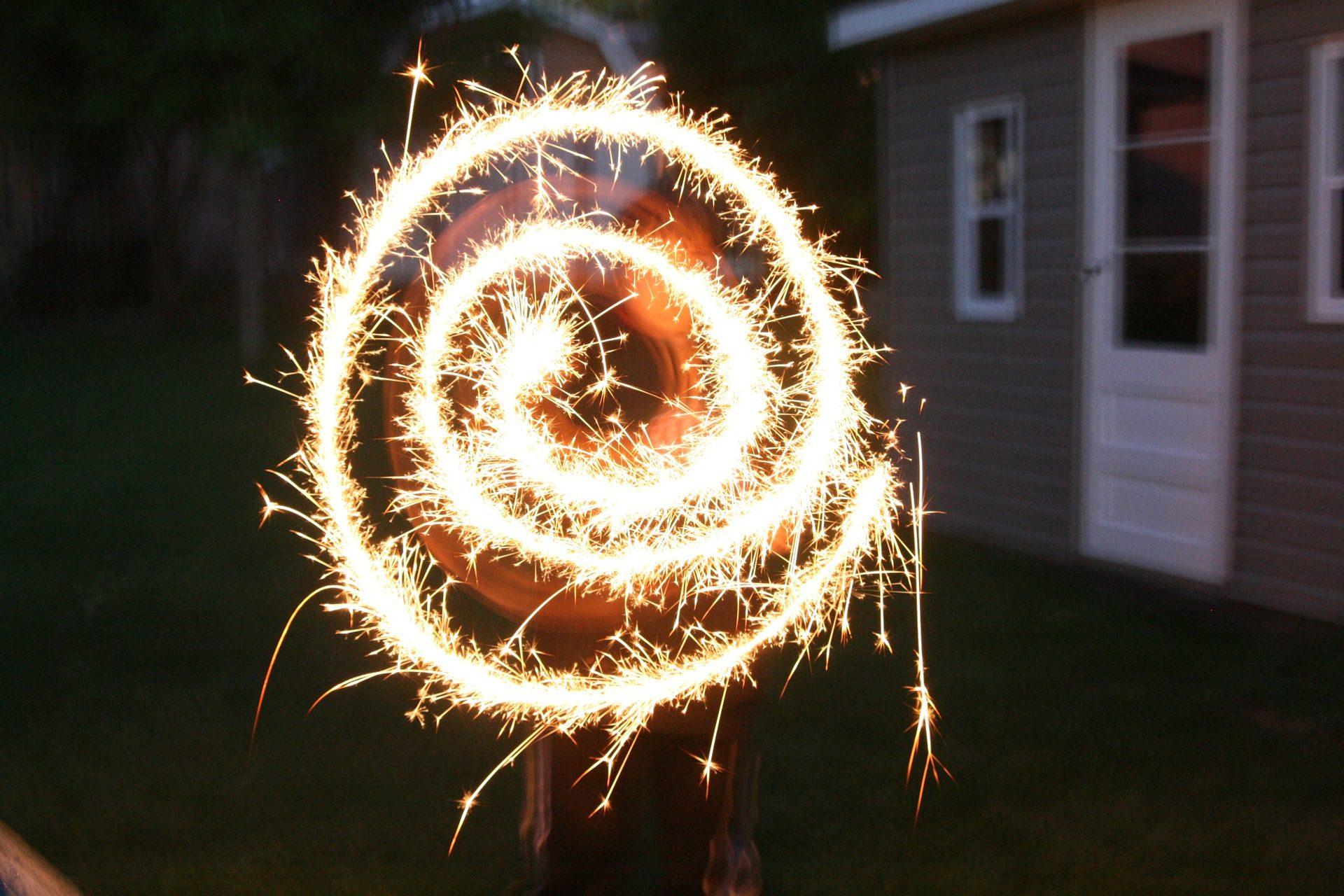 espiral, fuego, chispas, bengala, anochecer, oscuridad, brillo - Fondos de Pantalla HD - professor-falken.com