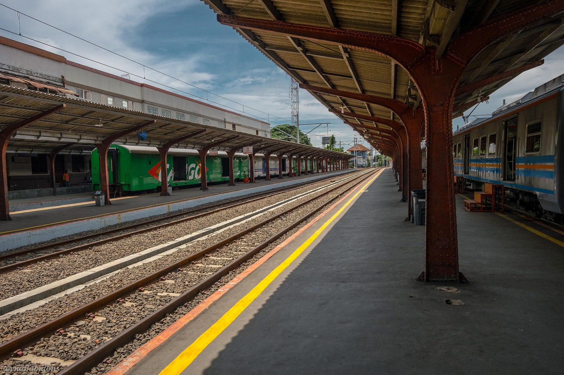 Σταθμός, τρένο, σιδηρόδρομος, μονοπάτια, σόλο, vacía - Wallpapers HD - Professor-falken.com