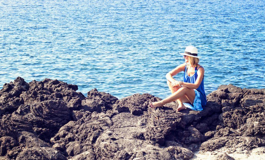 mujer, piedras, playa, espigón, mar, agua, 1704072349