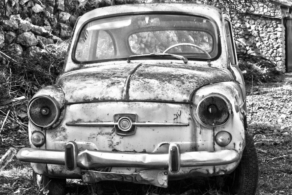 coche, seiscientos, antiguo, viejo, abandonado, en blanco y negro, 1706061545