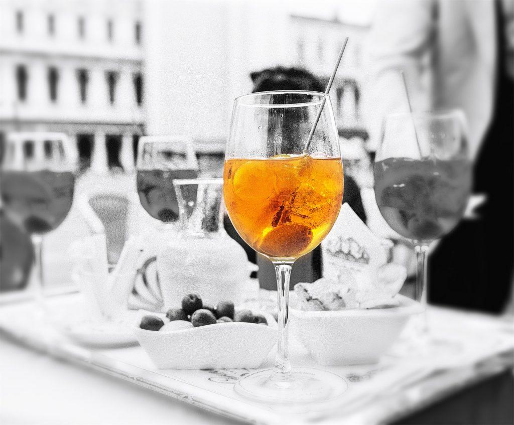 copa, martini, hielo, aceituna, en blanco y negro, 1706131937