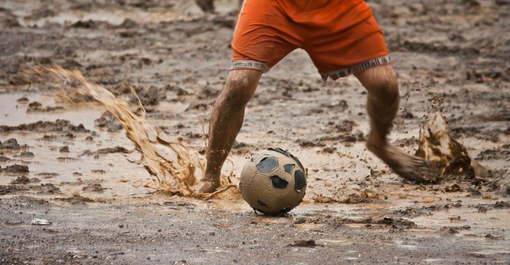 hombre, balón, fútbol, barro, charcos, suciedad, 1706232152