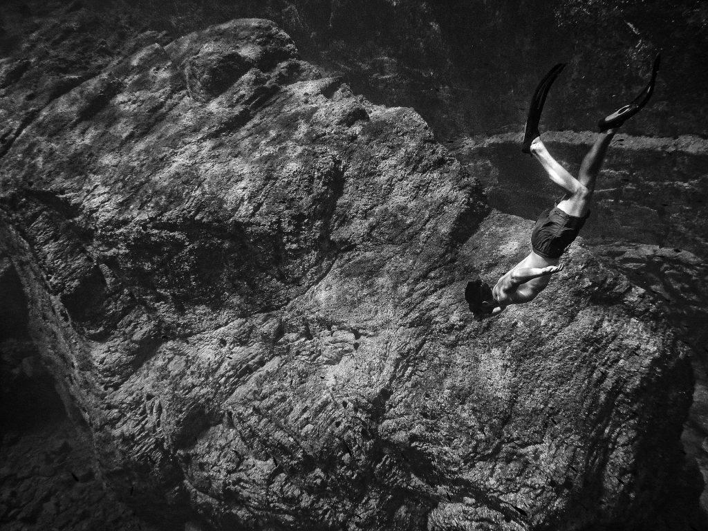 hombre, piedra, roca, submarina, buceador, aletas, en blanco y negro, 1706151217