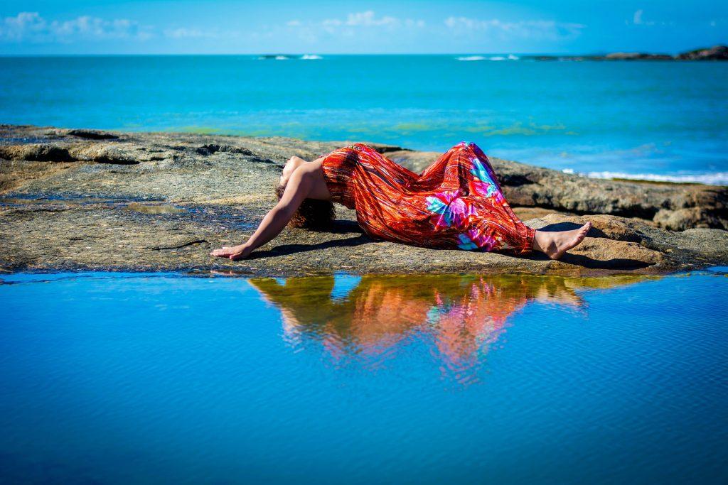 mujer, piedras, playa, mar, reflejo, pose, 1706051358