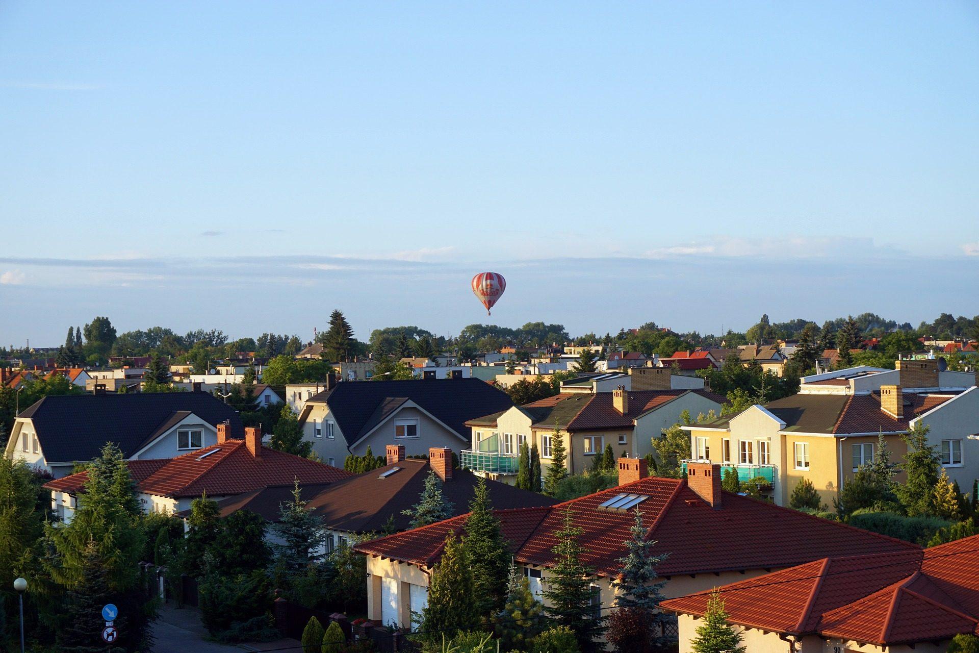 деревня, дома, крыши, globo, воздушный шар, Небо, деревья - Обои HD - Профессор falken.com