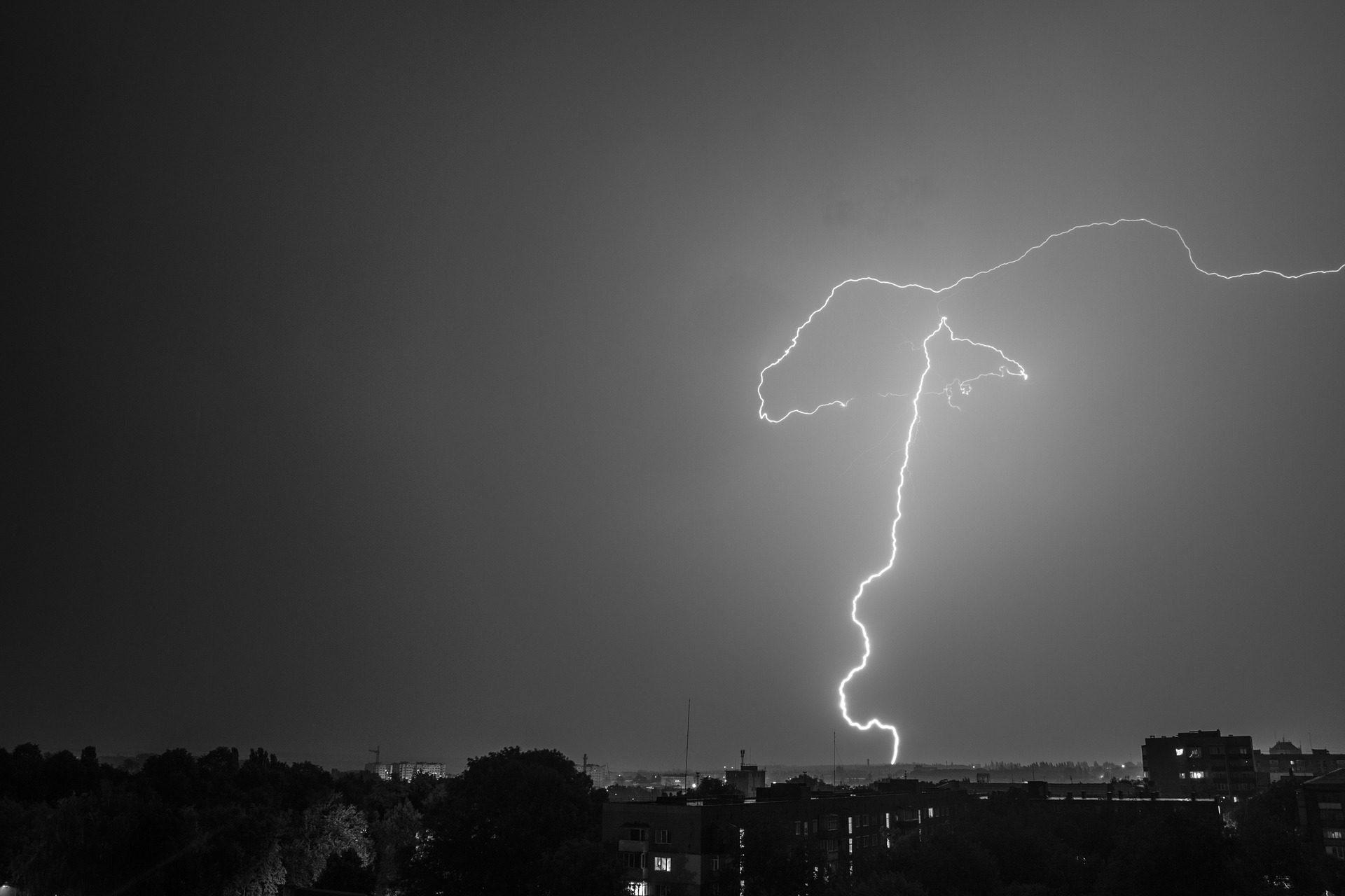 Небо, ночь, Рэй, Шторм, Город, в черно-белом - Обои HD - Профессор falken.com