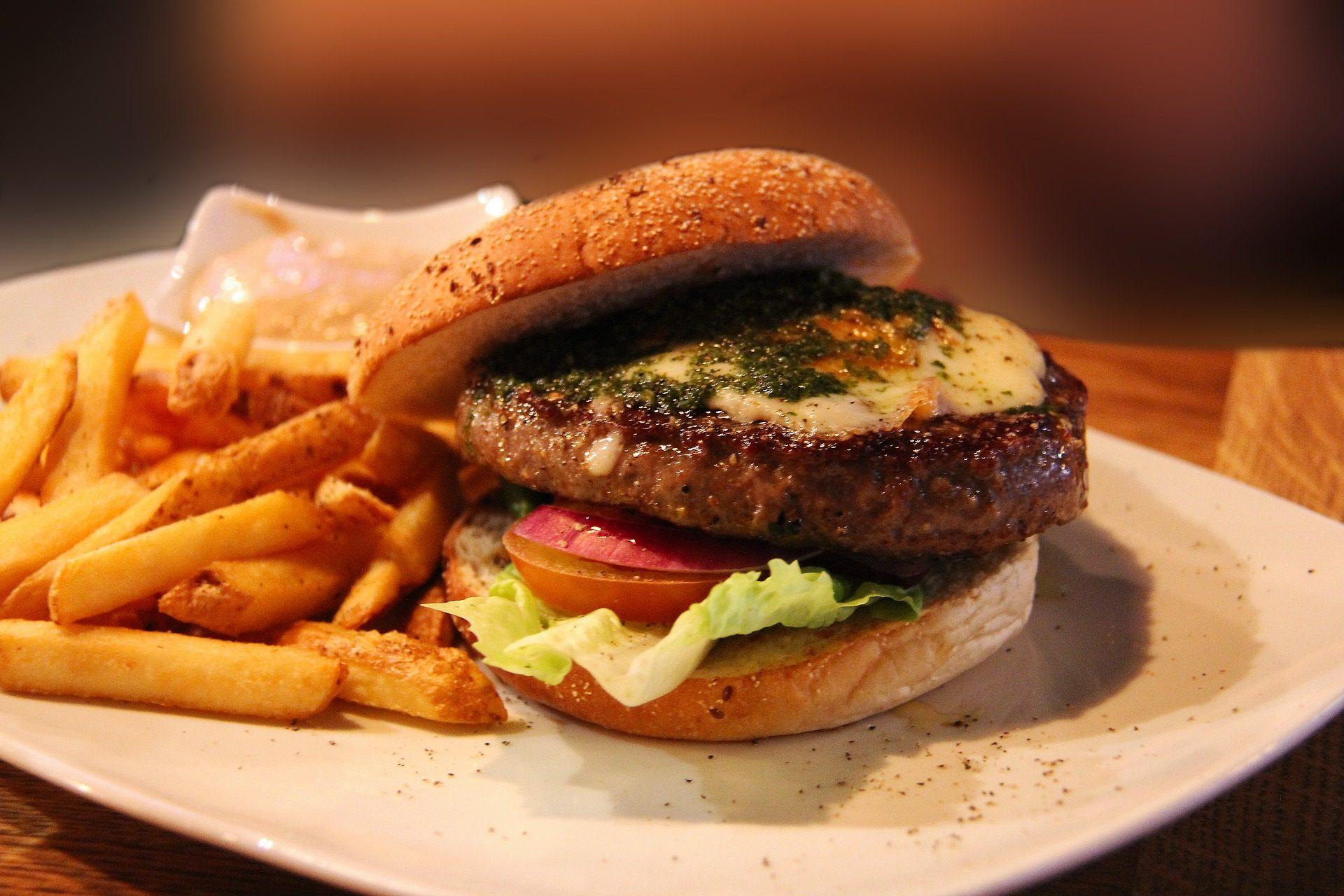 हैमबर्गर, आलू, टमाटर, सलाद पत्ता, huevo, स्वादिष्ट - HD वॉलपेपर - प्रोफेसर-falken.com