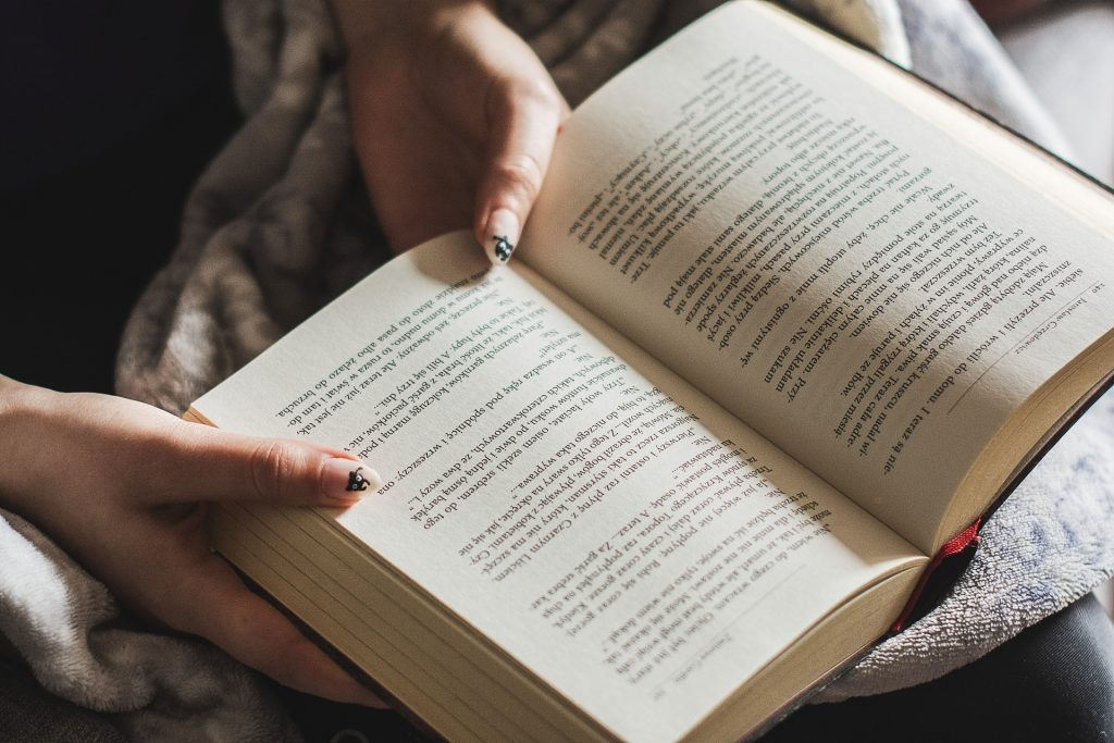 libro, manos, mujer, lectura, uñas, 1710191532
