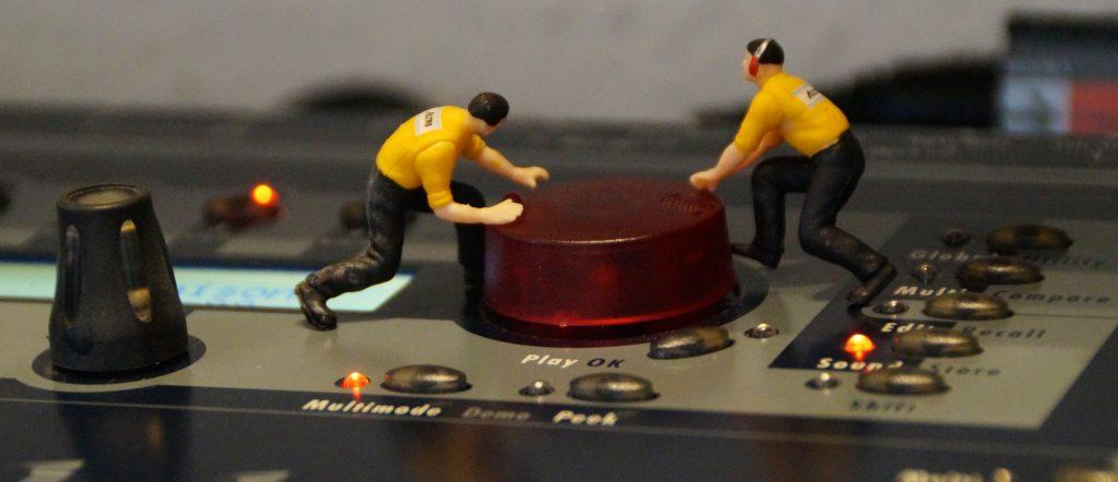 muñecos, figuras, sintetizador, botones, leds, música, 1710111110