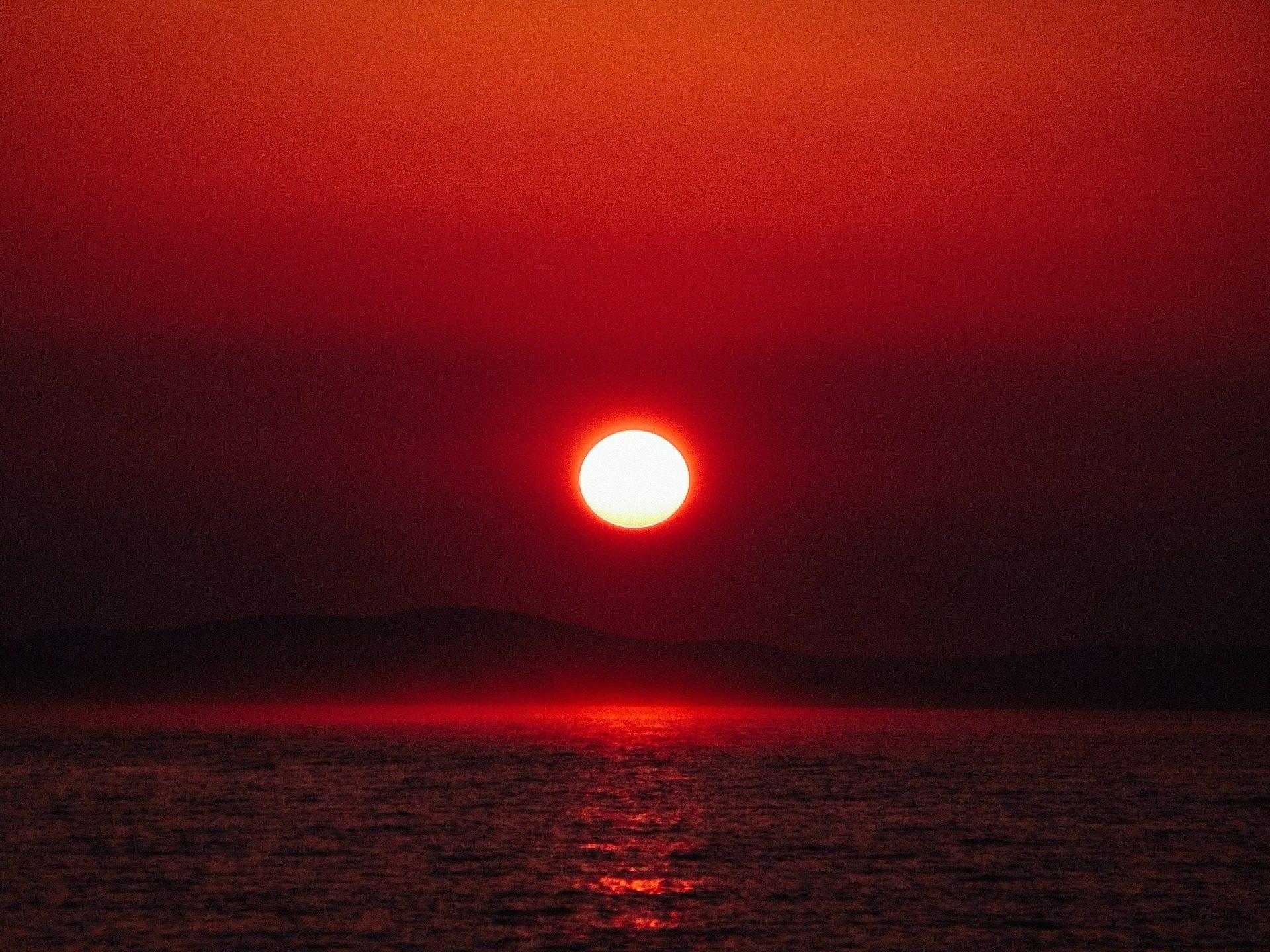 Fondo de pantalla de sol rojo horizonte mar monta as for Fondo del sol