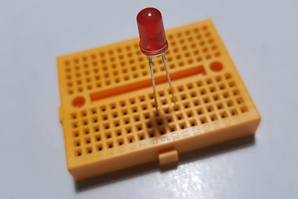 Cómo montar un circuito con un LED