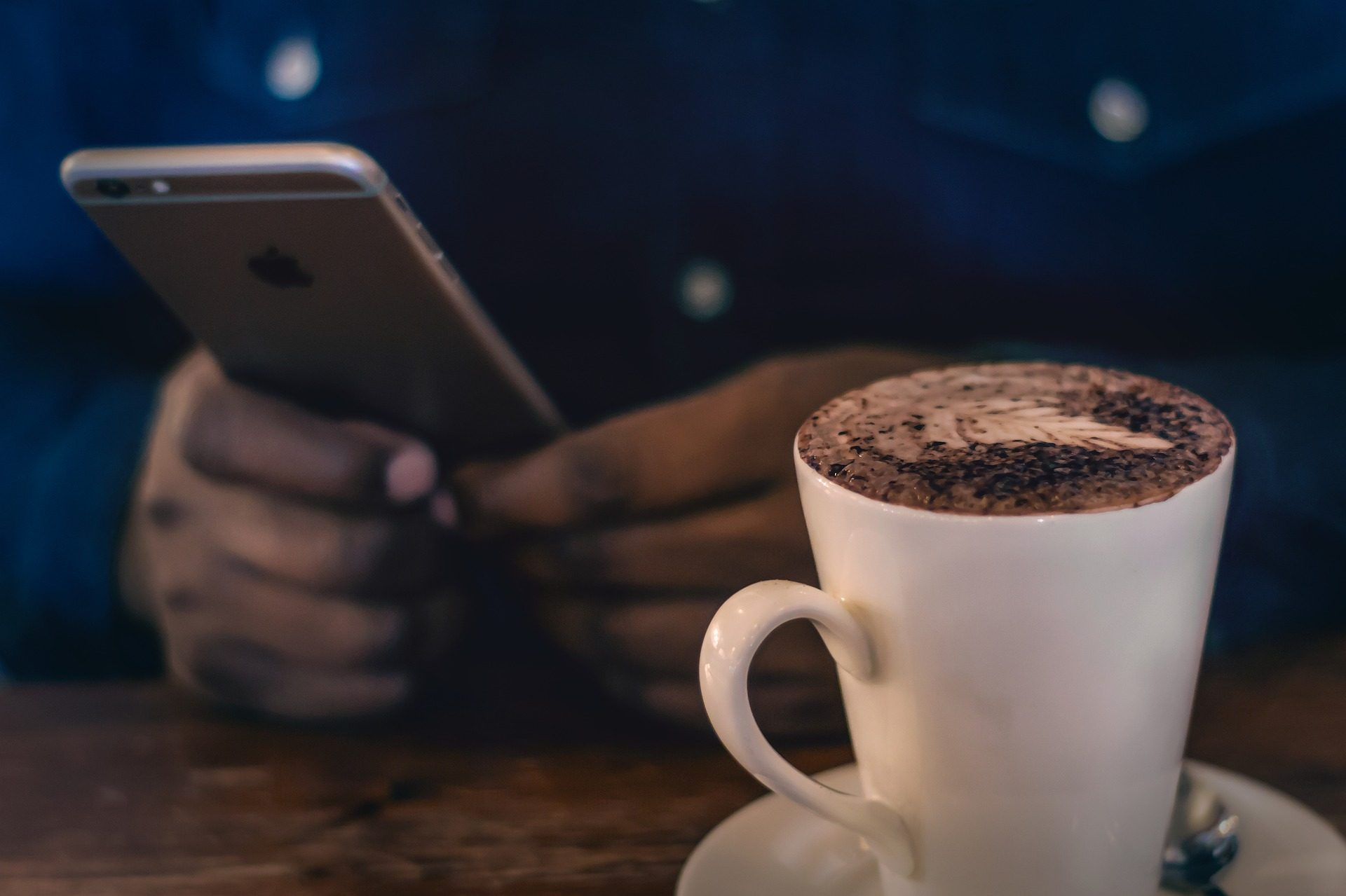 café, taza, capuccino, móvil, manos - Fondos de Pantalla HD - professor-falken.com