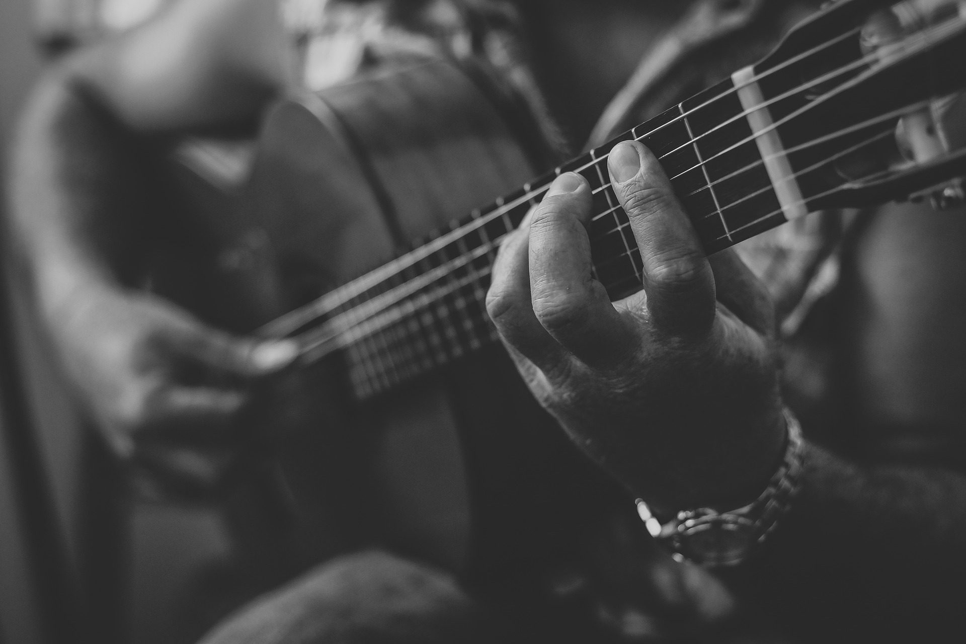 Κιθάρα, μουσικός, ο κιθαρίστας, τα χέρια, συμβολοσειρές, σε μαύρο και άσπρο - Wallpapers HD - Professor-falken.com