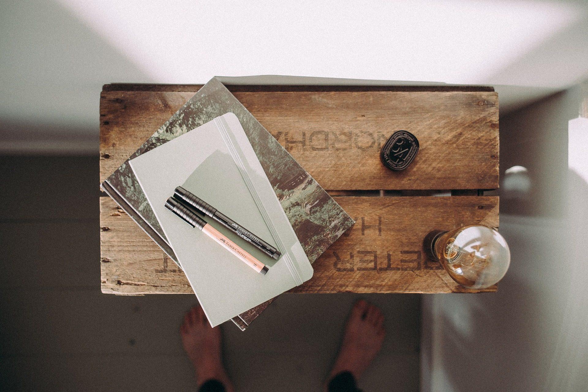 mesa, escritorio, cuadernos, bombilla, madera, pies - Fondos de Pantalla HD - professor-falken.com