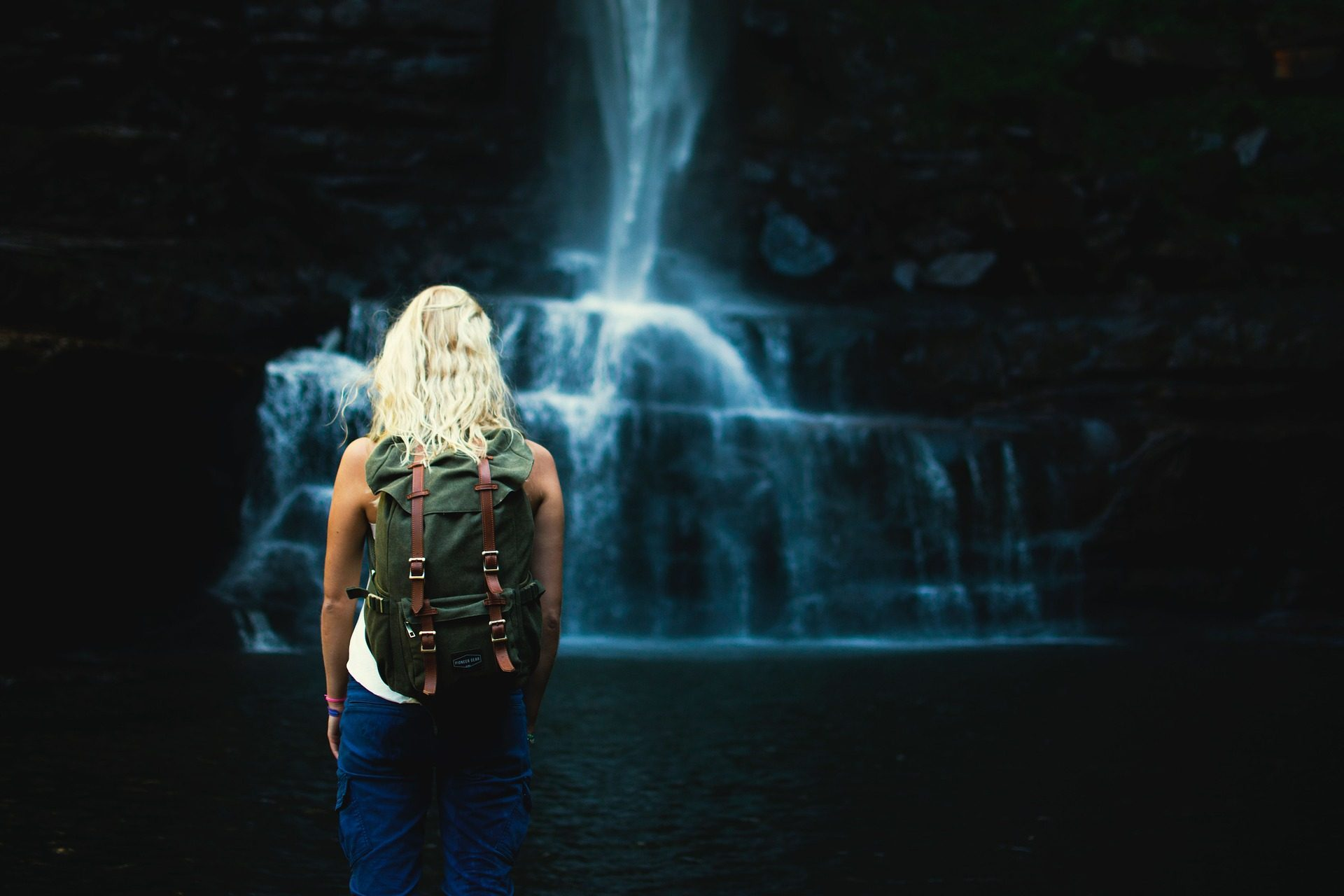 femme, Sac à dos, chute d'eau, cataracte, eau, Rivière - Fonds d'écran HD - Professor-falken.com