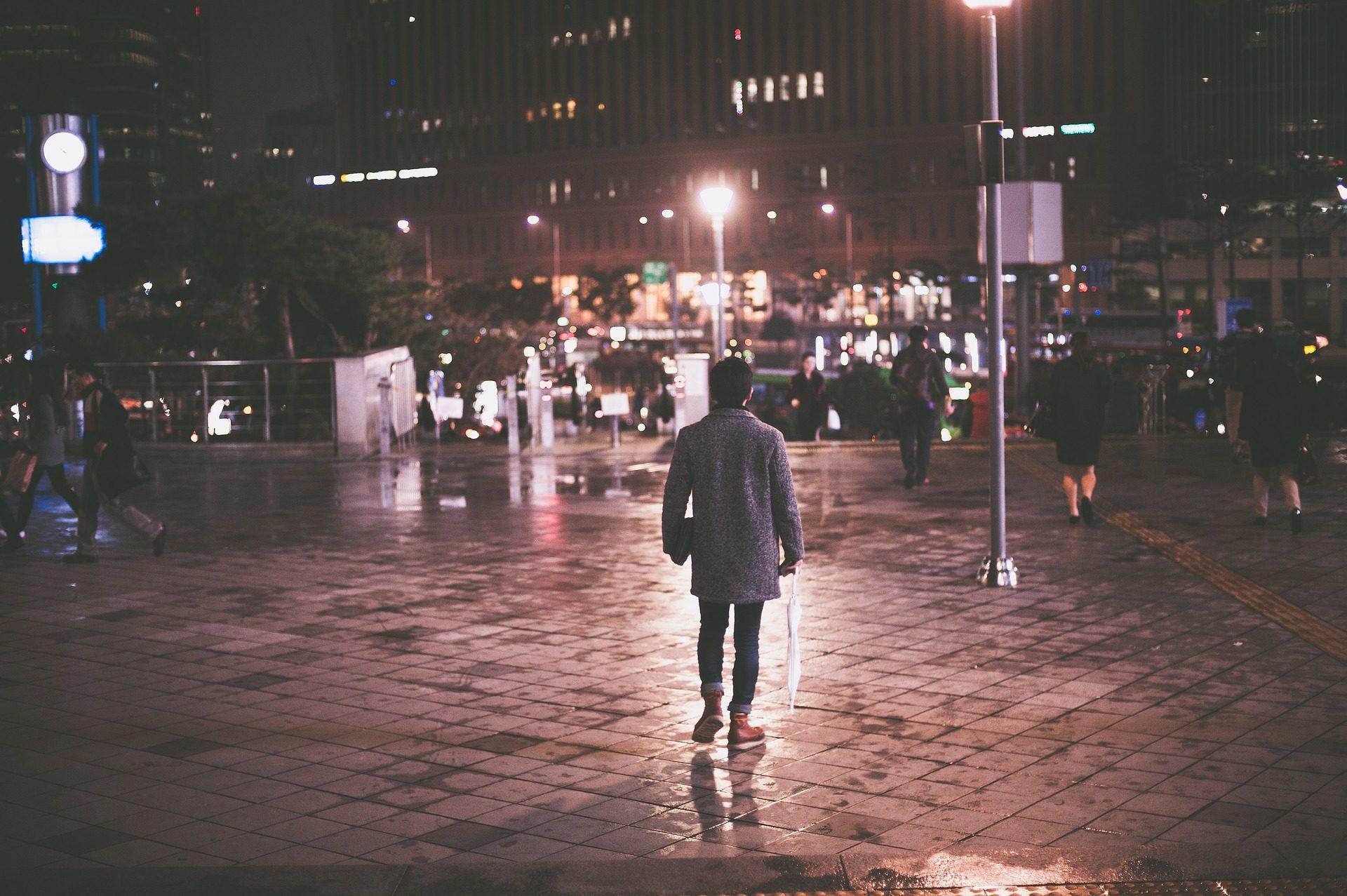 Città, notte, Via, persone, luci, lampioni, edifici - Sfondi HD - Professor-falken.com