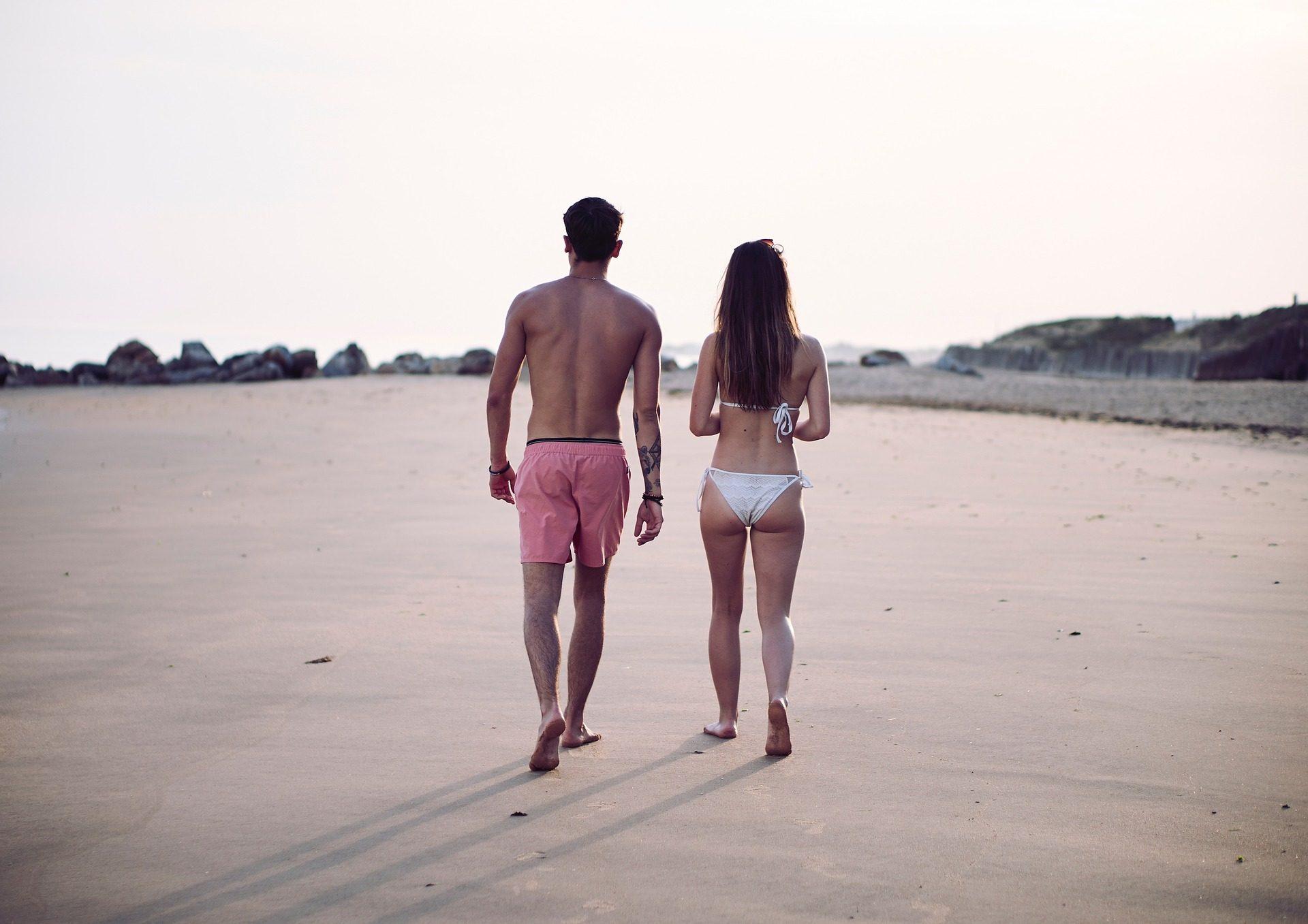пара, Пляж, Купальный костюм, бикини, камни, человек, женщина - Обои HD - Профессор falken.com