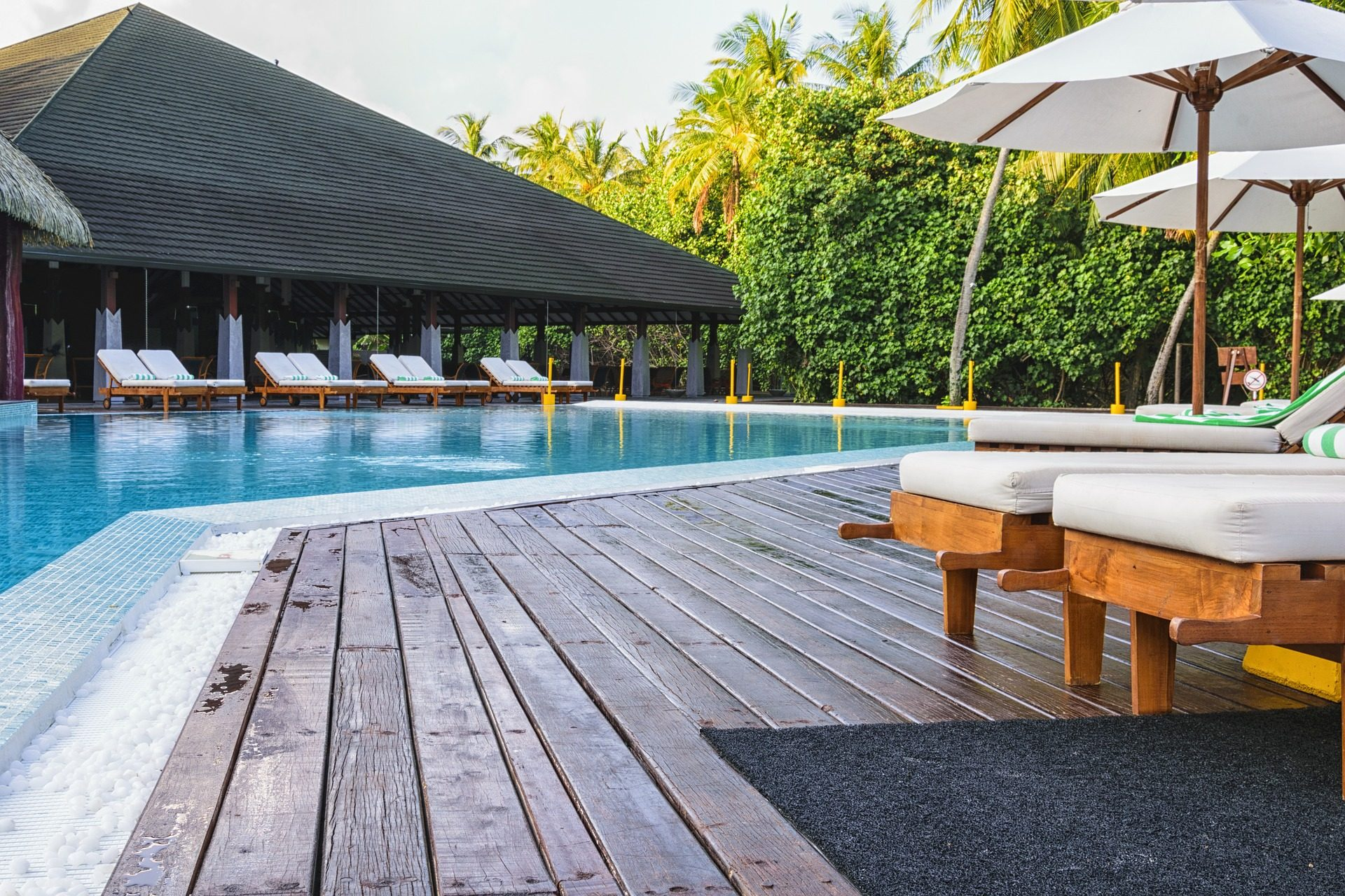 Fondo de pantalla de complejo resort vacaciones relax - Tumbonas para piscina ...