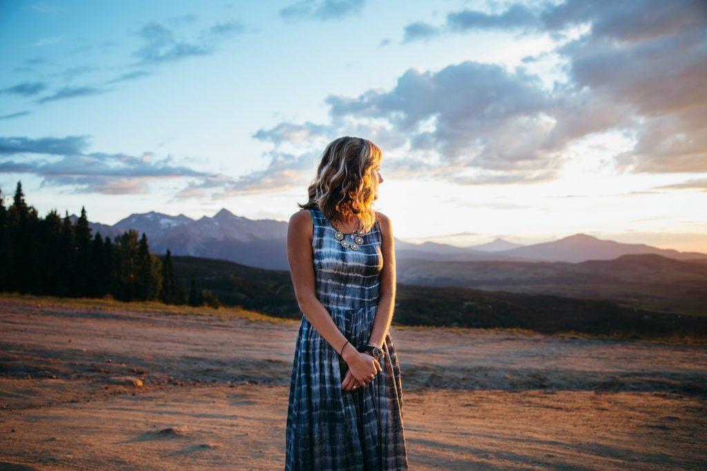 mujer, vestido, llanura, montañas, nubes, atardecer, 1801212028