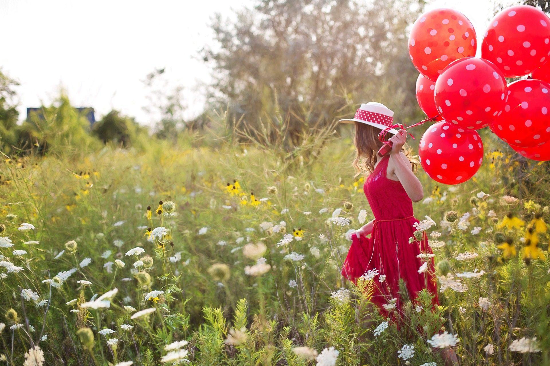 женщина, платье, воздушные шары, Шляпа, поле, растительность - Обои HD - Профессор falken.com
